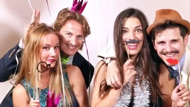 Paare genießen in Party-Fotobox