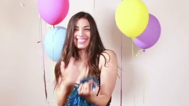 nő táncol a photo Booth alkalmazással