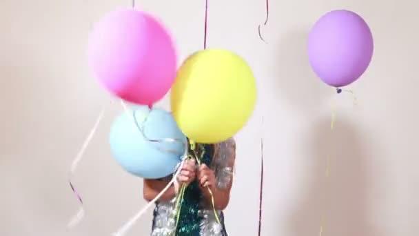 žena skákání s balónky