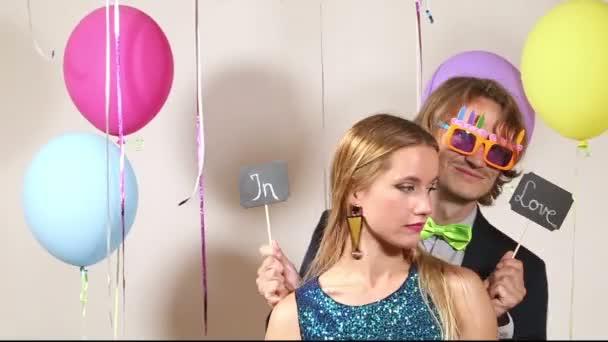 Frau und Mann in Party-Fotokabine
