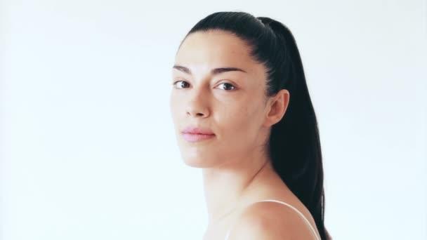 usmívající se žena bez make-upu