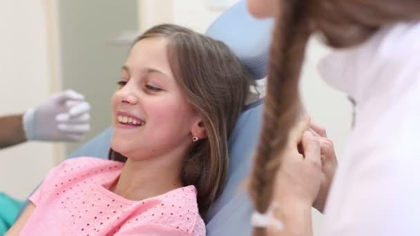 Zahnarzt untersuchen Mädchen