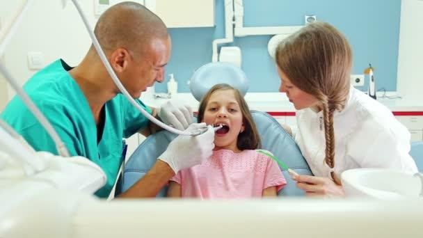 Zahnarzt und Chirurg geben Daumen hoch