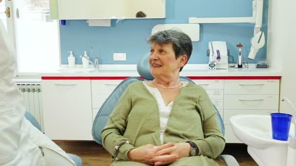 Žena s zuby u zubaře