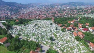 Bosenské město s muslimskou hřbitovy