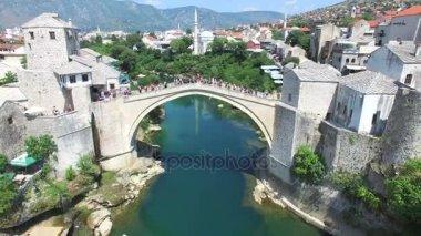 lidí, kteří jdou přes hřeben v Mostaru