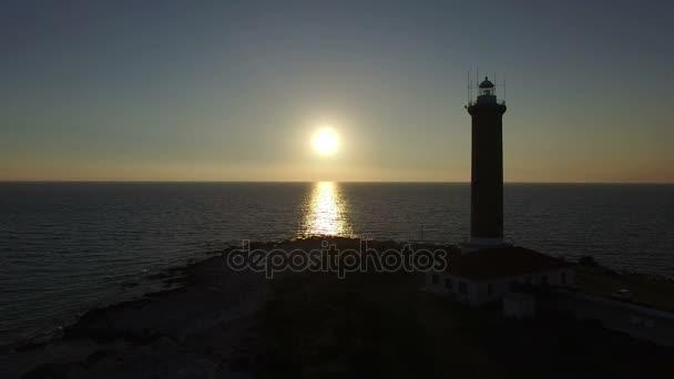 Sonnenuntergang vor einem Leuchtturm