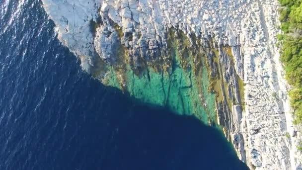Dalmatské strmé útesy křišťálové moře