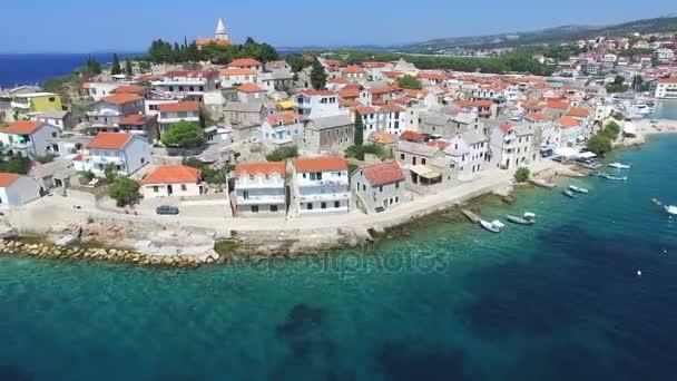tradiční dalmatské město s kostelem