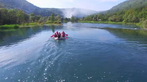 Sparren nähert sich Stromschnellen am Fluss Una
