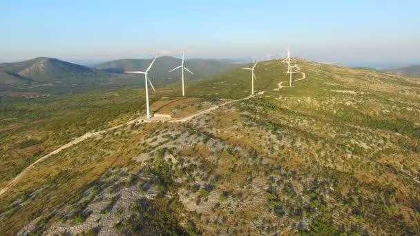 větrné turbíny na zelených kopcích, sunny