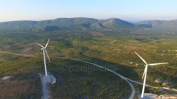 Windkraftanlagen auf grünen sonnenbeschienenen Hügeln