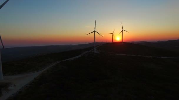 větrné mlýny na krásný barevný západ slunce