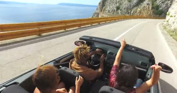 Freunde haben Spaß im Cabrio