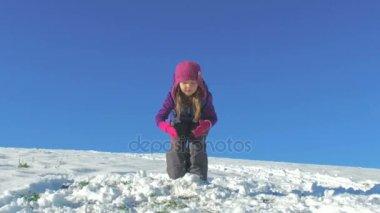 dívka, která skočila na sněhu