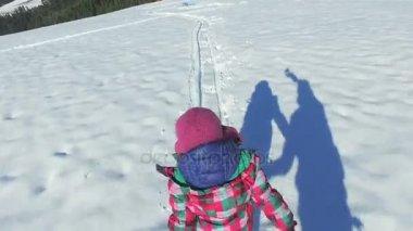 dívka, běh, hraní ve sněhu