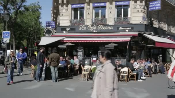 Rušné pouliční kavárna v Paříži
