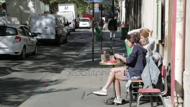 dívky na terasu na ulicích v Paříži