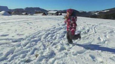 dívka v horách