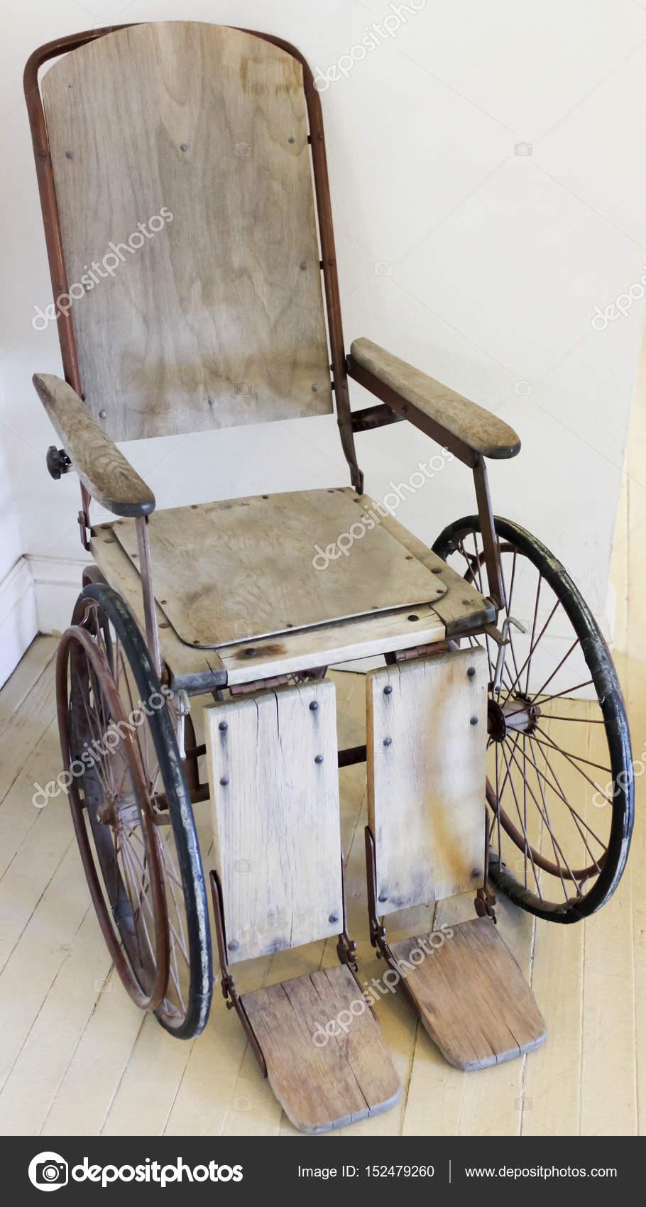 старинные деревянные прокатки стул или инвалидной коляске