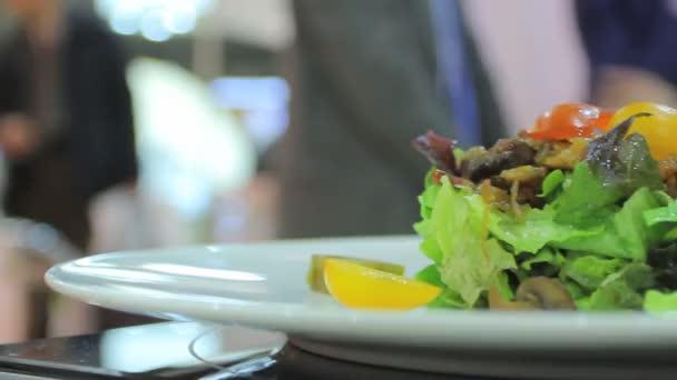Salát na talíři, přehled jídel od kuchaře
