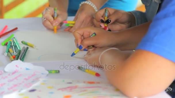 Los niños dibujar con lápices sobre una hoja de papel blanco — Vídeo ...