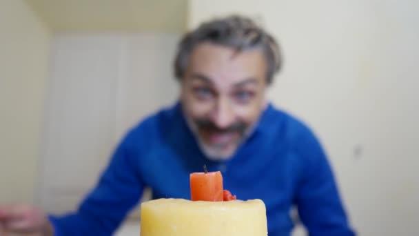 muž osvětlení narozeninové svíčky