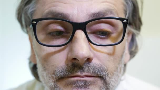 očima problém koncept, zralý muž nosí brýle