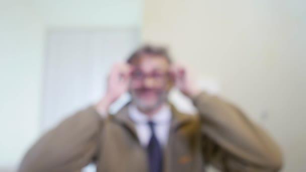 távollátás koncepció, ember, aki szemüveget, szelektív összpontosít