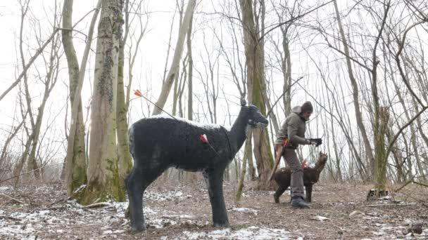 A havas erdőben, nyilak eltávolítása a cél a íjász