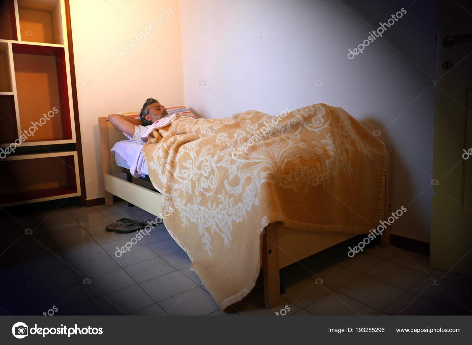 Slapeloze volwassen man slaapkamer u stockfoto marcovarro
