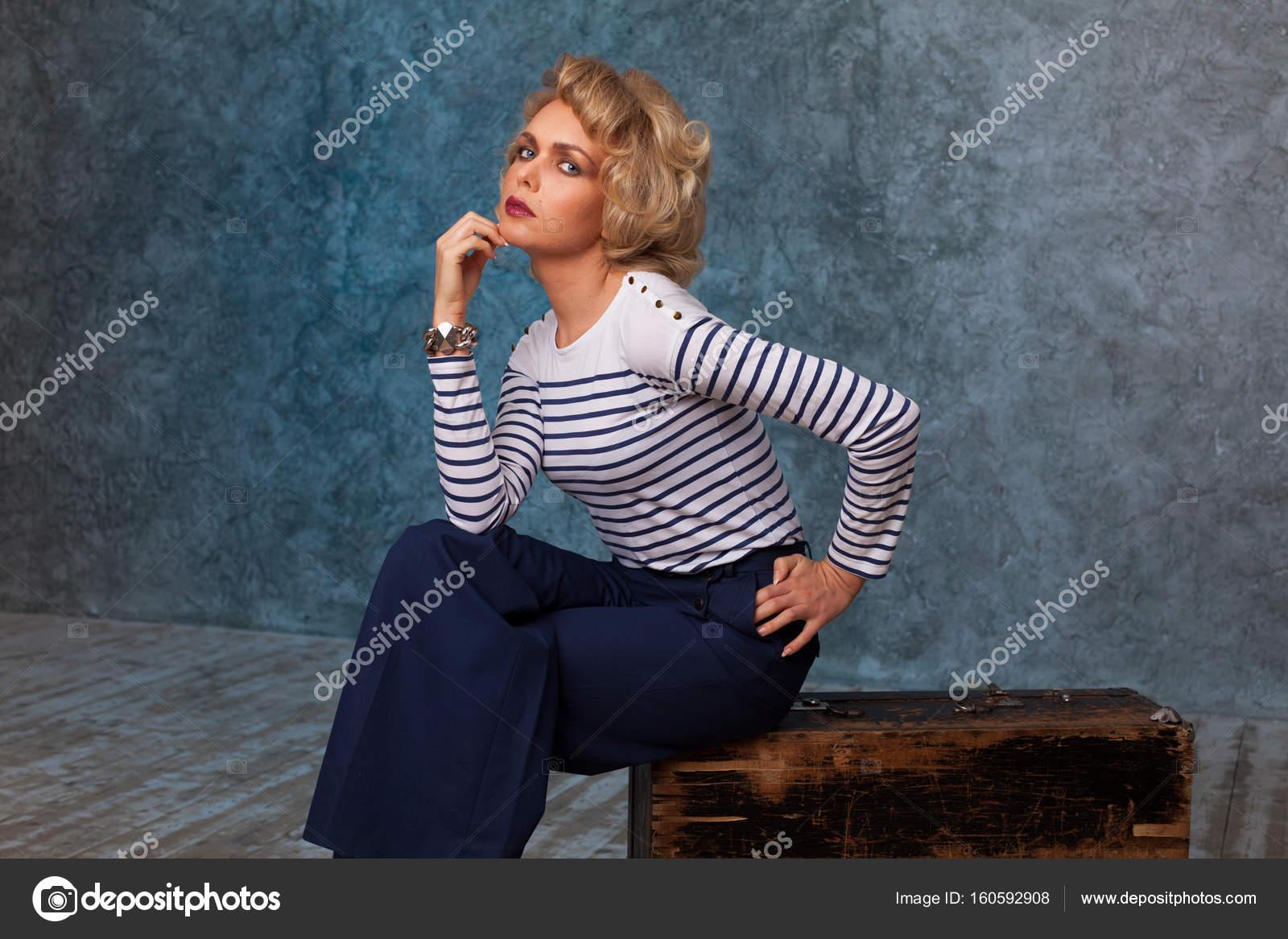 Очаровательная блондинка со стволом