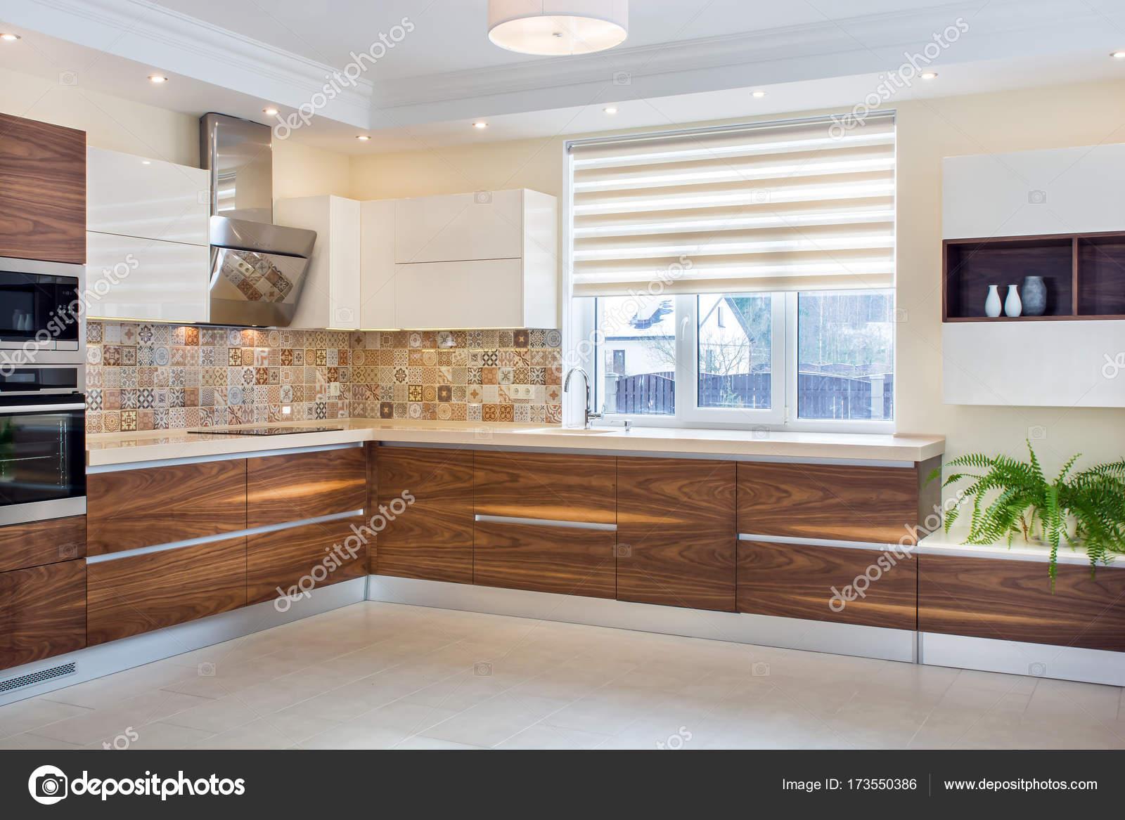 Interior casa moderna. Diseño moderno de la cocina en un interior ...
