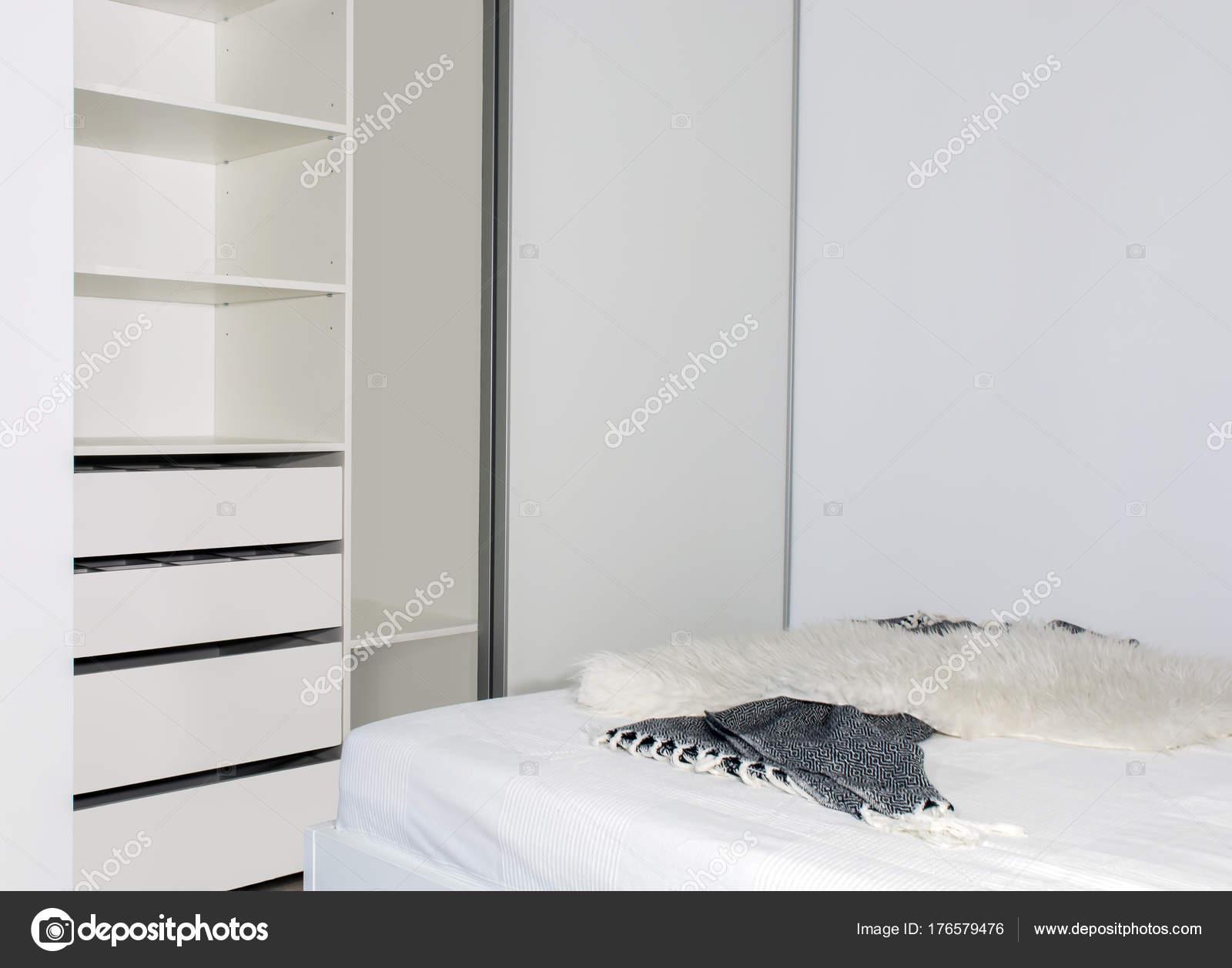 Moderne interieur inbouwkast met schuifdeuren het lichte interieur