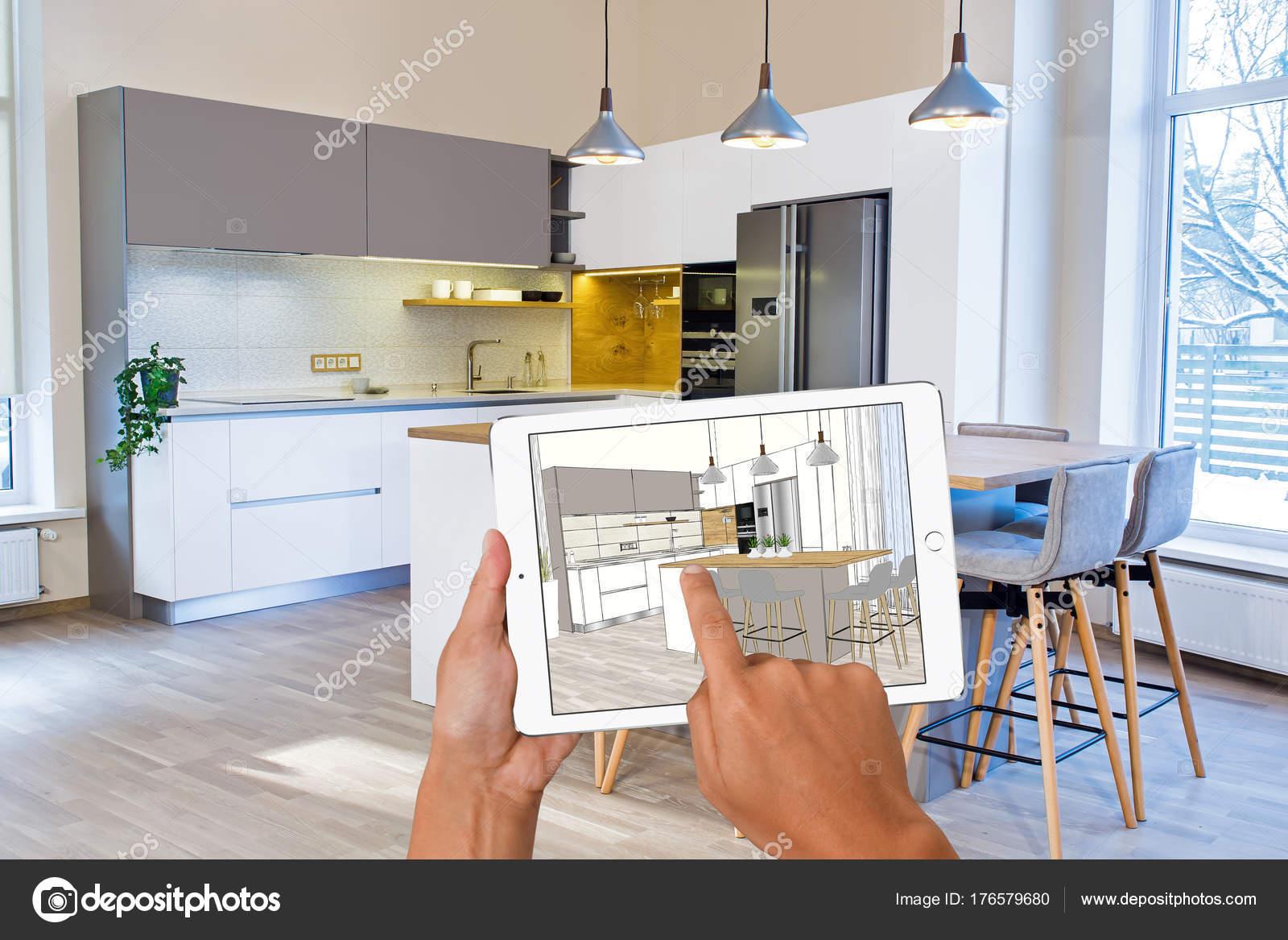 Hände Halten Tablet Mit Küche Interieur Skizze. Im Realen Hintergrund  Fertig Küche Interior Design. Küche Präsentation. Esstisch.