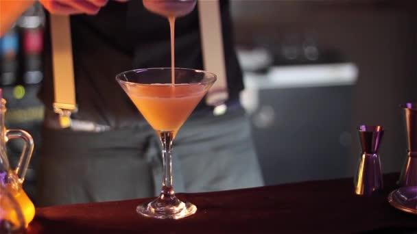 Cocktailzubereitung an der Theke.