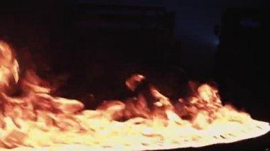 Une Ligne De Feu Qui Brule Dans L Endroit Sombre Video Onairmd