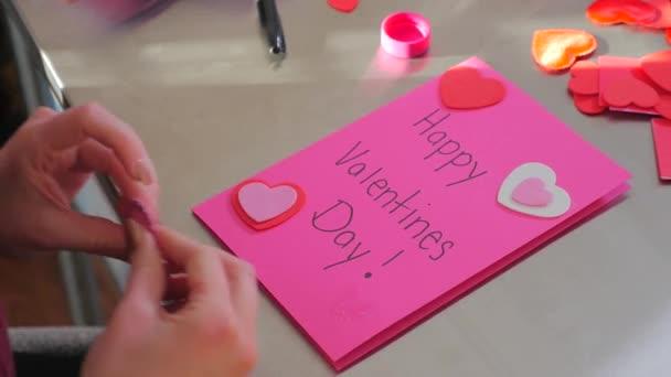 Ženské vytváření Valentýnské kartu