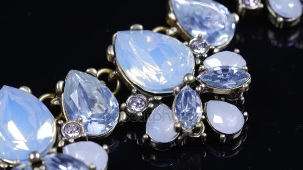Krásný náhrdelník rotujících kolem