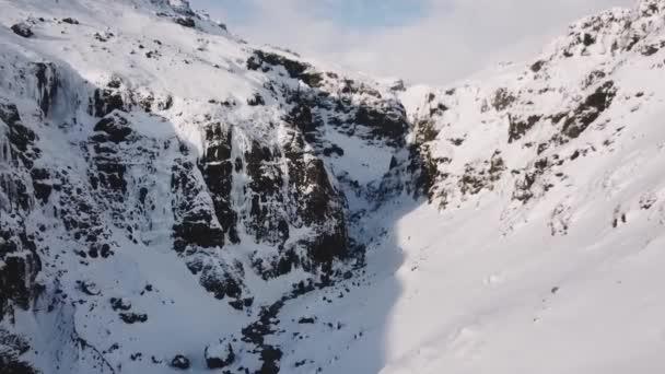 Letecký pohled na velkých údolí mezi horami, v zimě na Islandu