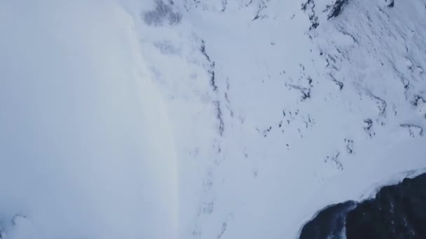 Letecký pohled na horský hřeben odhalit sníh se na Islandu