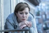 Fotografie Mladá krásná nešťastný osamělá žena trpí deprese zíral na balkóně doma beznaděj a strach. s pocity selhání, nespokojenost. Pro dospělé životní styl, pojetí duševního zdraví