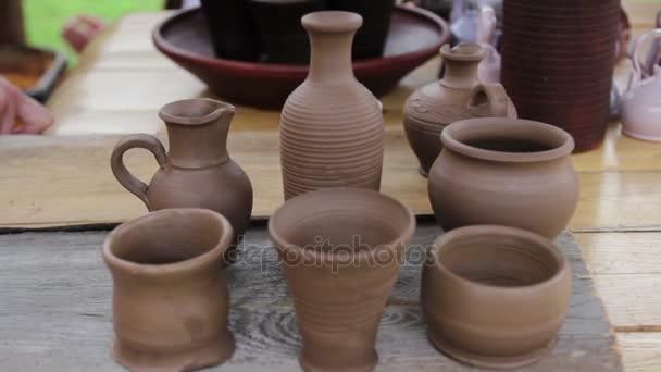 Nová keramika jsou na stole. Clay je stále čerstvá. Džbány a hrnce ručně zhotovené
