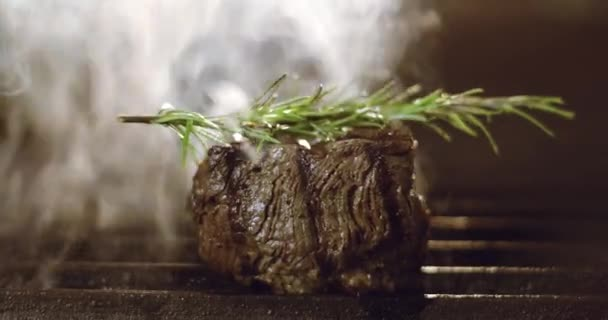 Příprava steaku z vepřového, hovězího nebo jiného červeného masa na elektrickém grilu v restauraci.