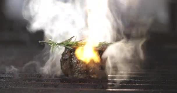 Maso s rozmarýnem v ohni.