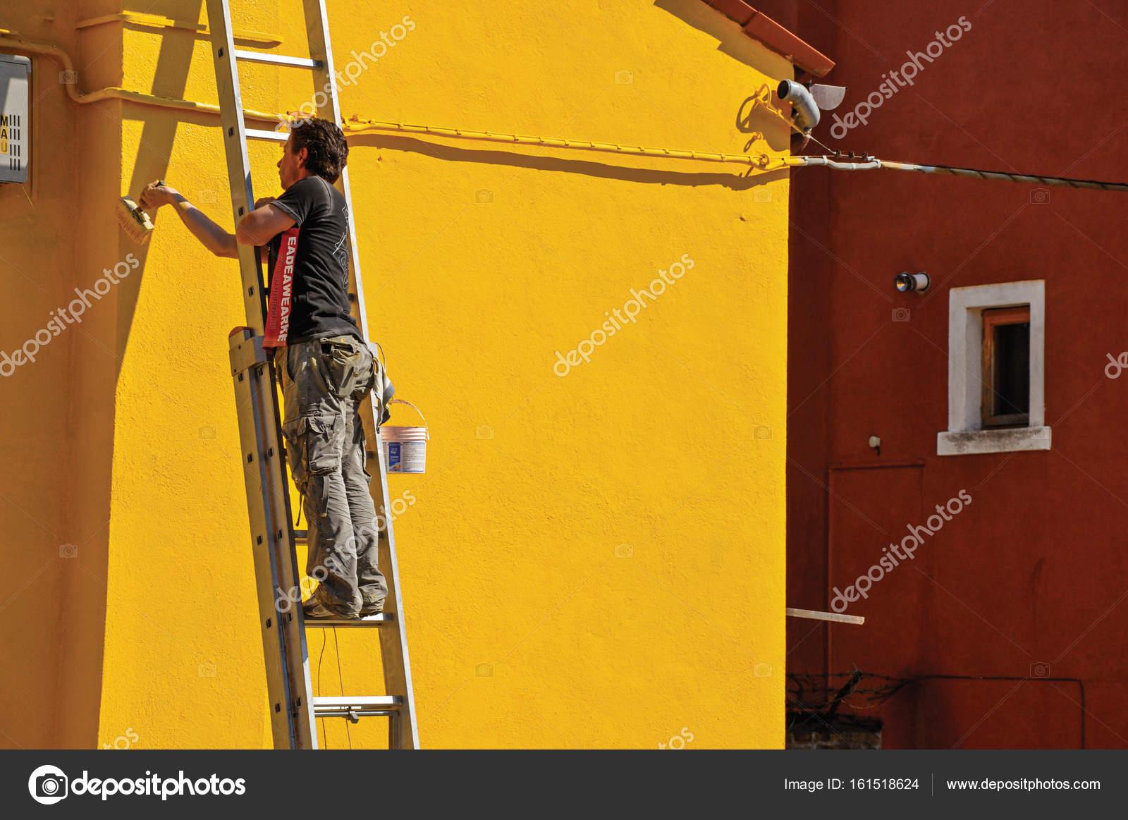 Gros Plan Du Mur De Peinture Du Peintre De Maison Jaune Sur