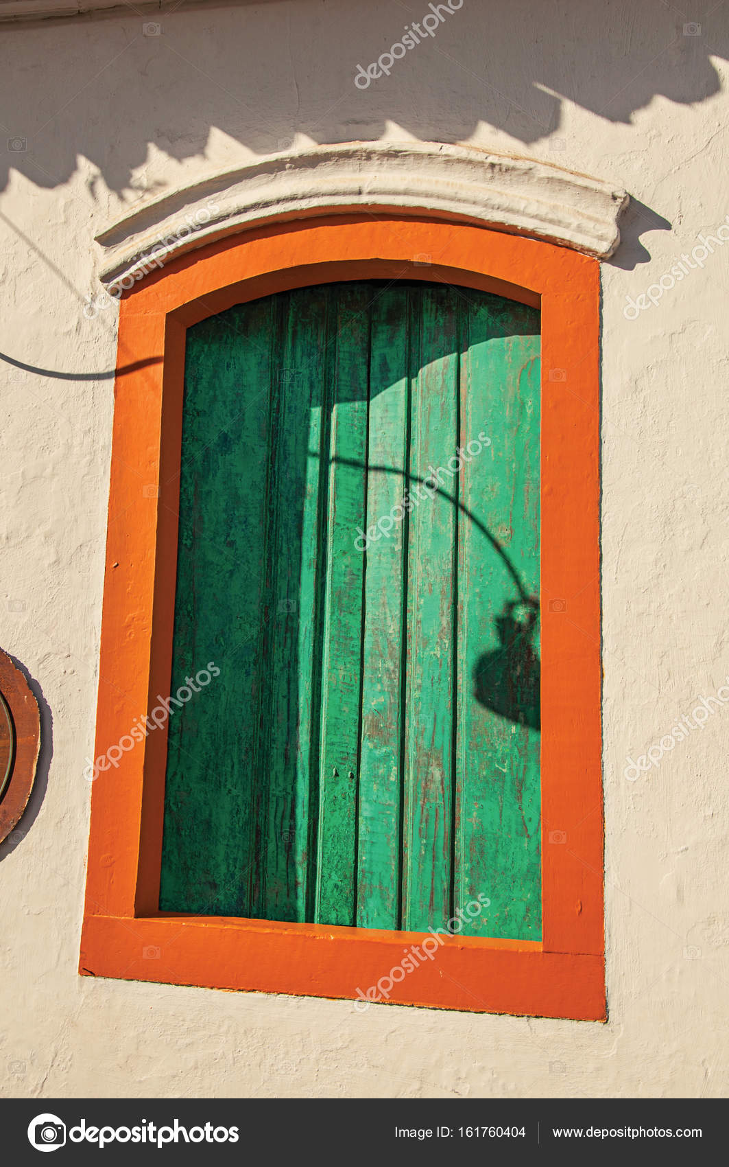 Gros Plan Dune Fenêtre En Bois Colorée Avec Fermeture Stores Verts