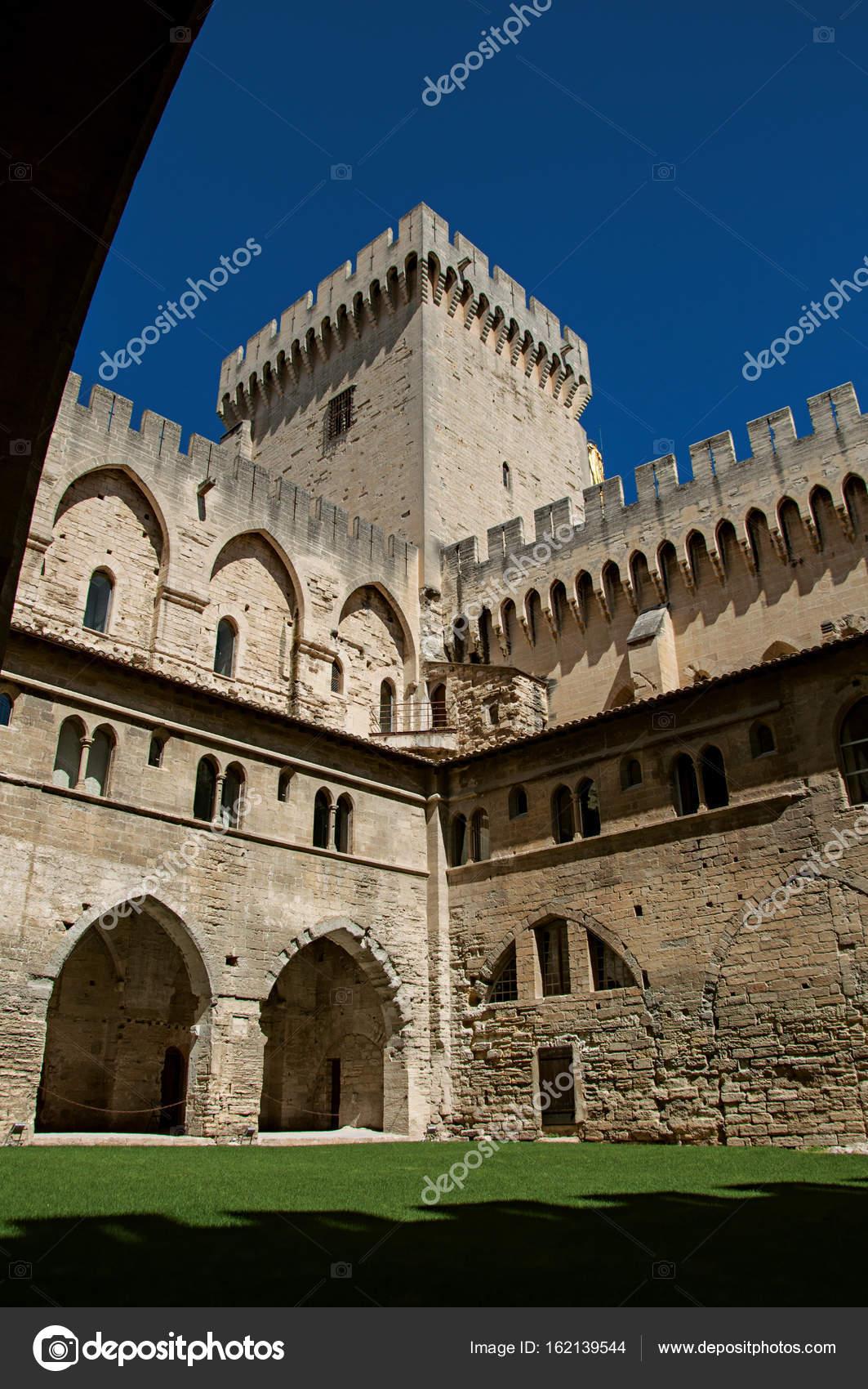 Vue sur Cour et bâtiments internes du Palais des papes d\'Avignon ...