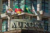Firemní tabule a vlajky na výstavbě vinařství Aurora