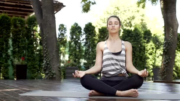 Nádherná dívka meditaci uprostřed chrámu jógy dýchání hluboké se zavřenýma očima. Základní praxe